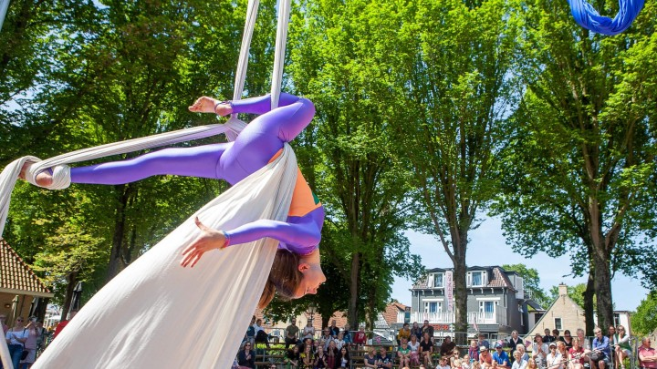 Luchtacrobatiek door circus Saranti.