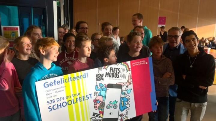 Leerlingen van OSG Sevenwolden met de cheque voor het 538 DJ's on Tour Schoolfeest.