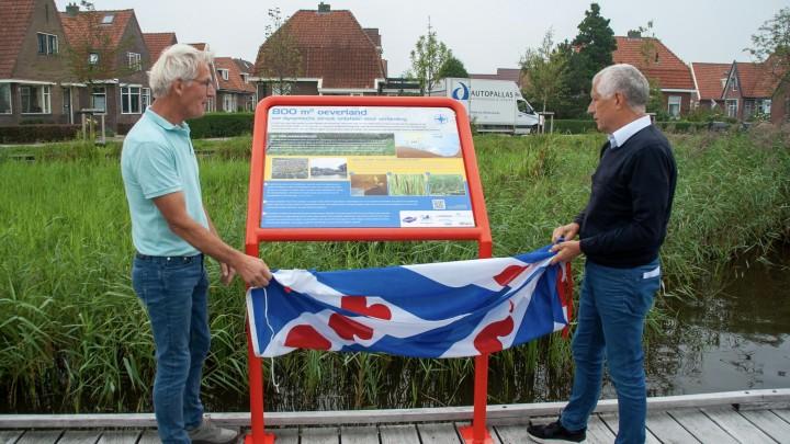 Dick Jonker van Grou2030 en wethouder Bert Wassink (rechts) onthullen één van de infoborden.