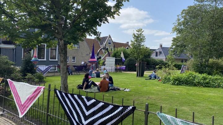 De Doarpspicknick werd gehouden in de tuin rond de kerk. Haakwerk en lampionnen zorgden voor een  romantische aankleding.