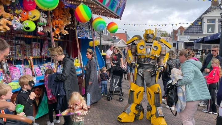 De kermis werd zaterdag bezocht door bijzondere figuren, zoals deze transformer. (Foto: Gerard Andringa)