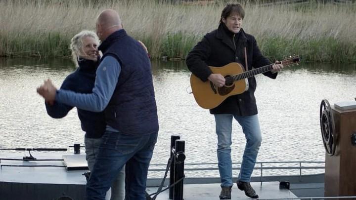 Jenny en August als paar op een zinkend huwelijksbootje. Rechts troubadour Piter Wilkens.