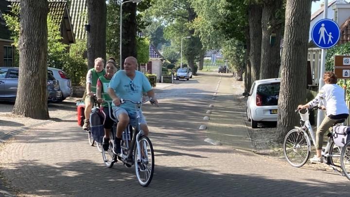 Nynke en Marius op hun tandem in Oudemirdum, op weg naar de finish in Sloten. (Foto: Maria Del Grosso)