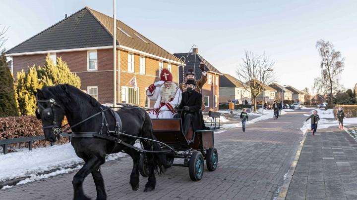 Sint Piter en Aldemar tijdens hun rondrit door Grou, vorige week zaterdag. (Foto: Nienke Bruinsma)