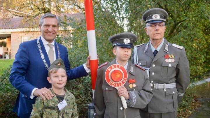Buma opende in november 2019 in het BB-museum in Grou de expositie 'Leven achter de muur'. Bij die gelegenheid poseerde hij met een jonge soldaat en Vopo's.