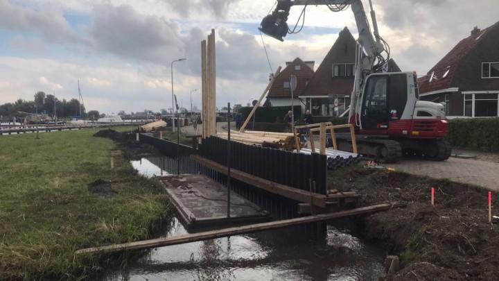 Het aanbrengen van de Prolock oeverbescherming langs de Meersweg. (Foto: Jansma Drachten)