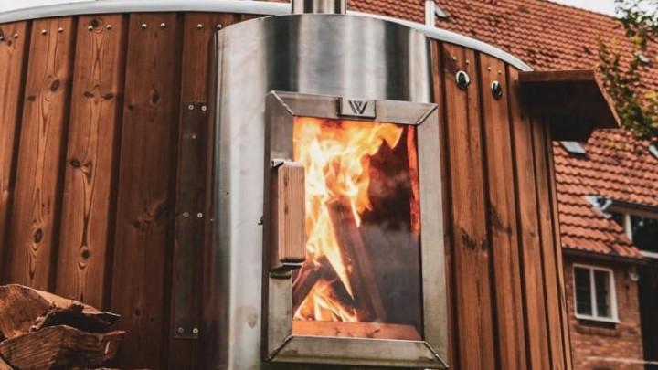 Een hottub met brandende kachel. (Foto: Welvaere)