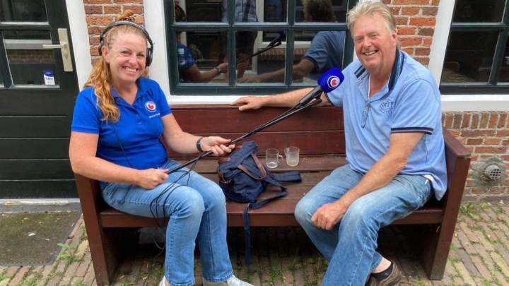 Joop Spykstra met Geartsje de Vries op het bankje voor Joop zijn huis in de Wijde Steeg. (Foto: Jan Kiemel)