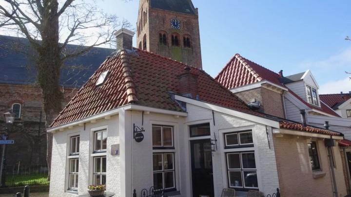 De vernieuwde toren van de Sint Piterkerk. Vooraan Hof van Brussel, voormalig logement en herberg. (Foto: Klaas Stelma)