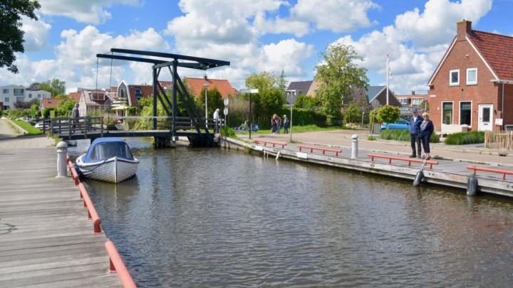 Op deze plek over de Grûndaam ligt vanaf september een tijdelijke noodbrug.