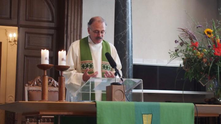 Predikant Reinier Nummerdor tijdens zijn afscheidsdienst.