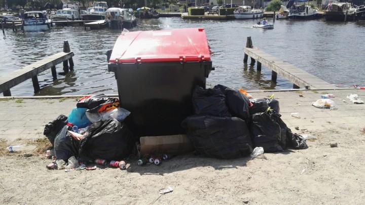 Een overvolle container met bijzet in de Hellingshaven, na het skûtsjeweekend van 2018.