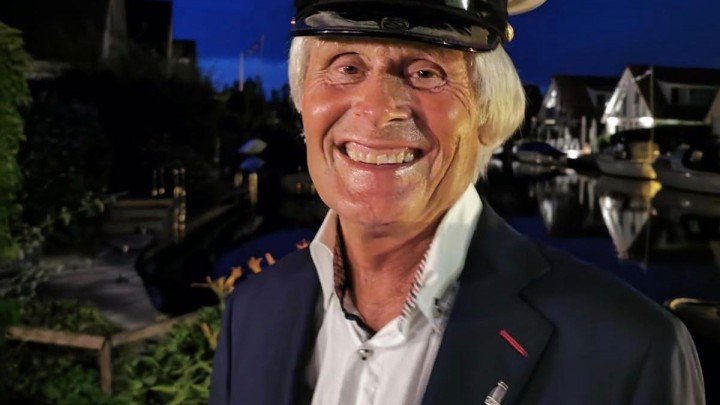 Sicco van der Meer, hier bij zijn woning, met het versiersel dat hoort bij Lid van Verdienste van de SKS.