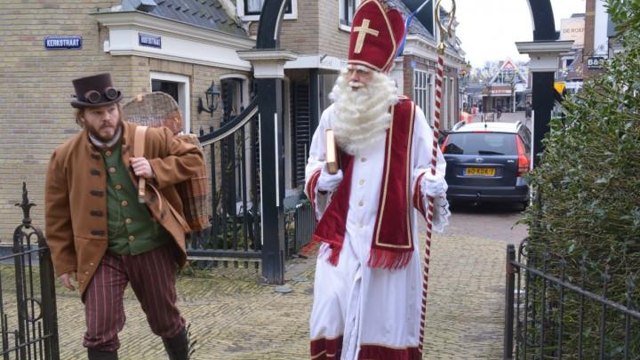 Sint Piter en Aldemar zijn net onder de poarte door, op weg naar de kerk.