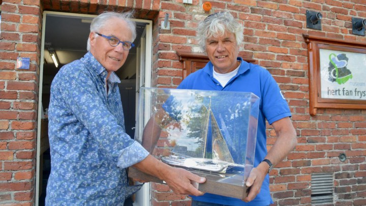 Bauke Hooghiemster van het museum neemt het Sulveren Skûtsje in ontvangst van Jan Feike Hoekstra van de SKG.