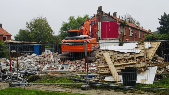De sloop van de woningen aan de Nijdjipstrjitte is in volle gang. (Foto: Klaas Stelma)