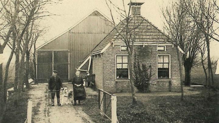In deze boerderij aan de Rhaladyk bij Aldtsjerk woonden de grootouders van Joke Hoekstra, één van de oprichters van stichting HVS. Hier werd vuursteen in de grond gevonden, vandaar de naam Steenendam.